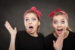 Galet stift upp retro flickor som gör roliga framsidor Royaltyfria Foton