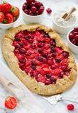 Galeta dietético de la harina de centeno con la fresa, la cereza y el blackb fotos de archivo