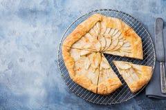 Galette της Apple, πίτα, ξινή με την κανέλα στην ψύξη του ραφιού σε μια τοπ άποψη υποβάθρου μπλε πετρών Στοκ Εικόνες