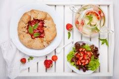 Galette клубники, фруктовый салат лета и чай травы Пирог домодельной здоровой wholegrain ягоды открытый Пирог плода r стоковые фото