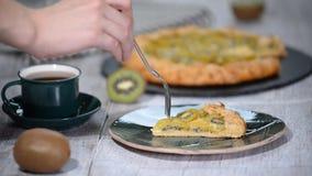 Galette abierto de la empanada con un kiwi Un galette del kiwi del pedazo almacen de video