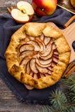 Galette al forno o torta aperta con le mele sulla tavola Fotografia Stock
