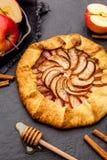 Galette al forno o torta aperta con le mele sulla tavola Fotografie Stock