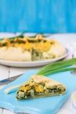 Galette aux oignons verts, à l'oeuf et au fromage Images libres de droits