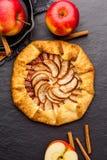 Galette cuit au four ou tarte ouvert avec des pommes sur la table image libre de droits