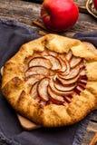 Galette cuit au four ou tarte ouvert avec des pommes sur la table images libres de droits