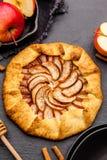Galette cuit au four ou tarte ouvert avec des pommes sur la table photo libre de droits