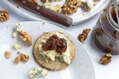 Galette d'avoine écossaise avec du fromage de stilton images stock