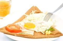 Galette med ett stekt ägg och en jabom royaltyfri foto