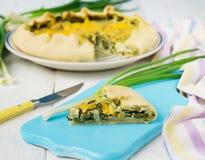 Galette med salladslökar, ägget och ost Royaltyfri Fotografi