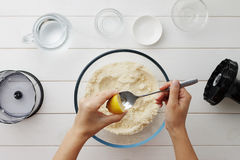 Galette o empanada gradual de la receta con las nectarinas Manos femeninas que exprimen el limón en la cuchara para la pasta Fotos de archivo