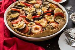 Galette végétal fait maison de tarte avec les aubergines, les tomates et l'oignon grillés photographie stock libre de droits