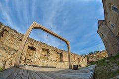 Galge och utförandeplattform i medeltida fästning Royaltyfri Bild