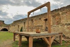 Galge och utförandeplattform i medeltida fästning Arkivfoto