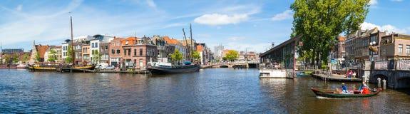 Galgewater运河全景在莱顿,荷兰 免版税图库摄影