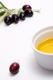 Galho das azeitonas com petróleo verde-oliva do recipiente Fotografia de Stock Royalty Free