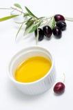 Galho das azeitonas e petróleo verde-oliva puro Foto de Stock Royalty Free
