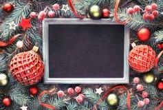 Galho do abeto decorado com quinquilharias, bagas e estrelas, quadro-negro, Imagens de Stock Royalty Free