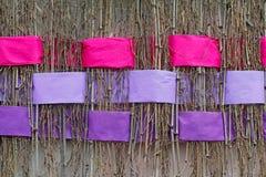 Galhos com as fitas cor-de-rosa e violetas largas entrelaçadas do feltro Fotografia de Stock