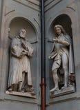 Galileo Galilei och Pier Antonio Micheli Statyer i det Uffizi gallerit, Florence, Tuscany, Italien royaltyfri bild