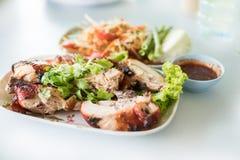galinha alaranjada Forno-roasted com cebola vermelha imagem de stock