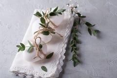 A galinha branca eggs com decoração de easter em um guardanapo branco fotos de stock royalty free