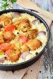 Galinha com arroz e vegetais em especiarias de uma frigideira Imagem de Stock Royalty Free