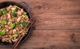 Galinha com a fritada da agitação dos brócolis e do cogumelo Imagens de Stock