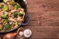 Galinha com a fritada da agitação dos brócolis e do cogumelo Imagens de Stock Royalty Free