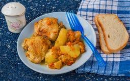 Galinha com maçãs, batatas e cenouras no armênio Fotos de Stock