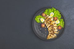 Galinha com mel e molho de mostarda, alface, ovos de codorniz, tomates de cereja fotografia de stock