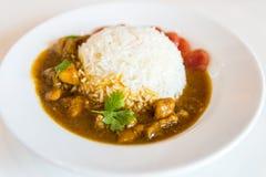 Galinha com molho sobre o arroz com salsicha, coentro verde e a salsicha vermelha tailandesa foto de stock