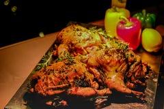 Galinha com os quarenta cravos-da-índia de alho no prato para o cozimento e os ingredientes imagens de stock