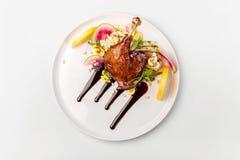 A galinha com os vegetais na placa branca servida cobriu com molho da baga imagem de stock