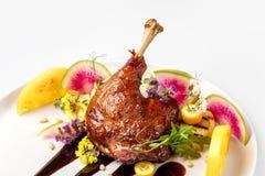 A galinha com os vegetais na placa branca servida cobriu com molho da baga fotos de stock