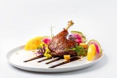 A galinha com os vegetais na placa branca servida cobriu com molho da baga fotografia de stock