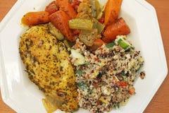 Galinha com salada e vegetais do Quinoa Imagem de Stock Royalty Free