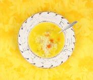 Galinha com sopa e colher do arroz Fotografia de Stock