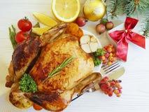 a galinha cozida fritou o branco cozinhado caseiro do Natal do jantar delicioso inteiro do ajuste em um fundo de madeira fotografia de stock royalty free