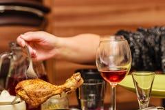 Galinha cozinhada da mão terra arrendada humana na forquilha Imagem de Stock