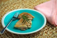 A galinha cozinhou em uma bandeja com o ramo do azeite e dos alecrins Imagens de Stock Royalty Free