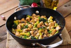 Galinha da fritada da agitação com brócolis e cogumelos Foto de Stock Royalty Free
