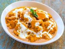 Galinha da manteiga - um prato indiano tradicional do caril da galinha em uma bacia foto de stock