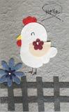 Galinha de Papercraft com fundo do cinza da flor Imagem de Stock