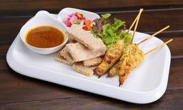 A galinha de Satay, sacia Ayam com molho do amendoim e pão, asiático SK Fotografia de Stock Royalty Free