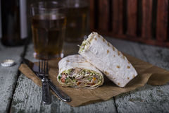 Galinha de Shawarma no pão fino do pão árabe fotografia de stock