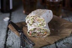 Galinha de Shawarma no pão fino do pão árabe imagem de stock