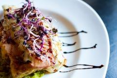Galinha deliciosa com cebola Sprouds Imagens de Stock Royalty Free