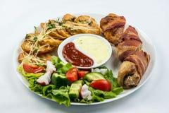 A galinha deliciosa rola com queijo e bacon em um close-up da placa horizontal foto de stock
