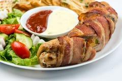 A galinha deliciosa rola com queijo e bacon em um close-up da placa horizontal imagem de stock